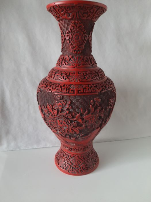Large finely carved cinnabar lacquer vase - Lacquer - China - Second half 20th century