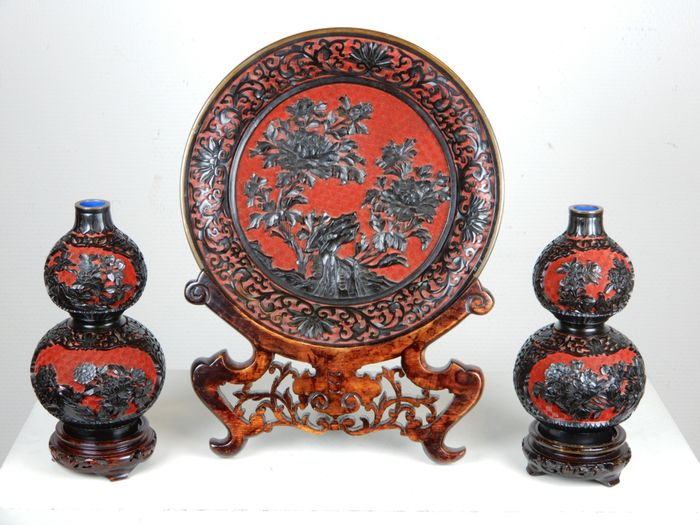 Two gourd vases and a plate - Cinnabar lacquer - China - Second half 20th century