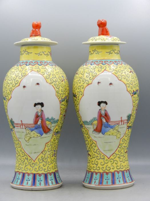 Pair of yellow Fencai vases with figural decor - Porcelain - China - Second half 20th century
