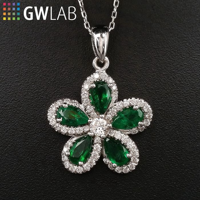 1.26ct Natural Emeralds and Diamonds, Flower - 14 kt. White gold - Pendant - ***No Reserve Price***