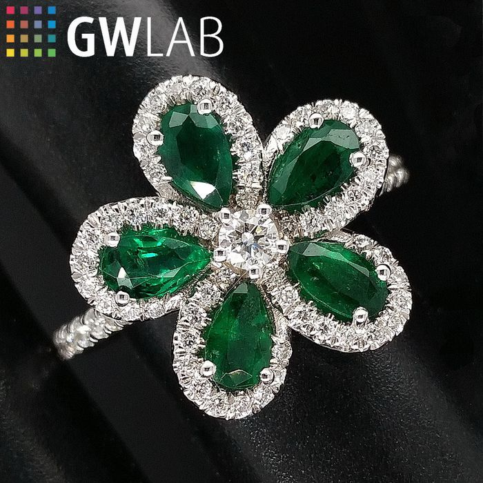 1.54ct Natural Emeralds and Diamonds, Flower - 14 kt. White gold - Ring - ***No Reserve Price***