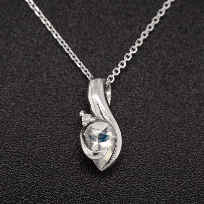 18 kt. White gold, 1.97g - Necklace with pendant - 1.00 ct Moonstone - 0.10 ct Diamond - No Reserve Price