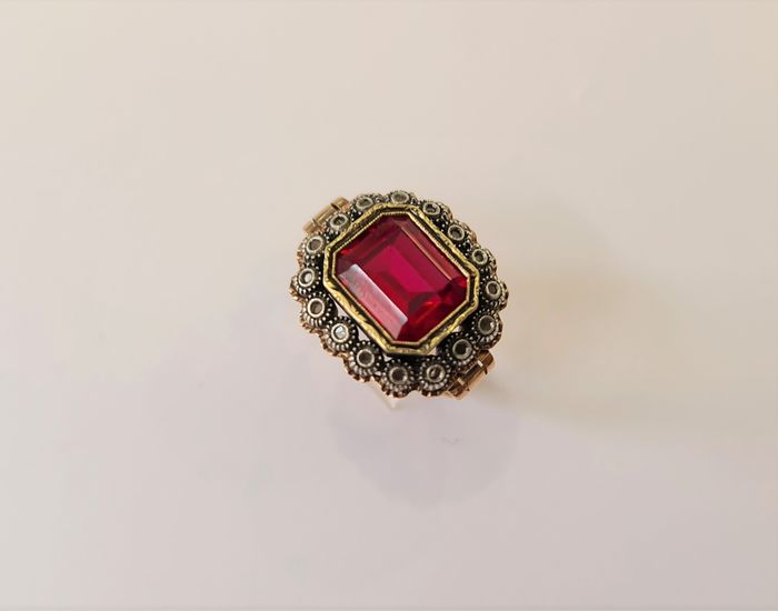 19,2 kt. Gold - Ring - 4.36 ct synthetic spinel - Diamonds