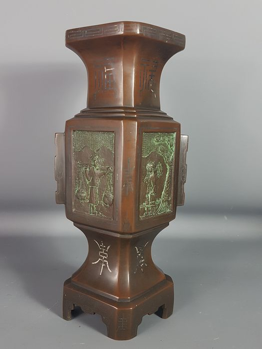 Bronze vase with 4 sides - Patinated bronze - Auspicious characters and ideograms - Indochina - 19th century