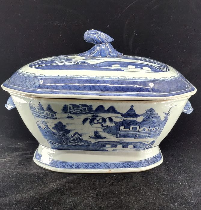 Soup tureen (1) - Blue and white - Porcelain - Willow patern - Grote Chienlung soepterrine Willow Patern / Landsch - China - 18th century