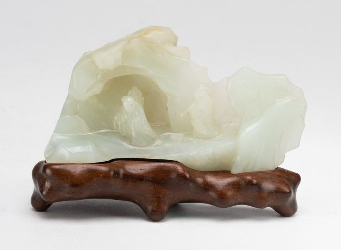 Poggiapennelli - Giada - A Pale Celadon Carved Jade Mountain Brush Rest And Fitted Wood Stand - Cina - 18 ° / 19 ° secolo