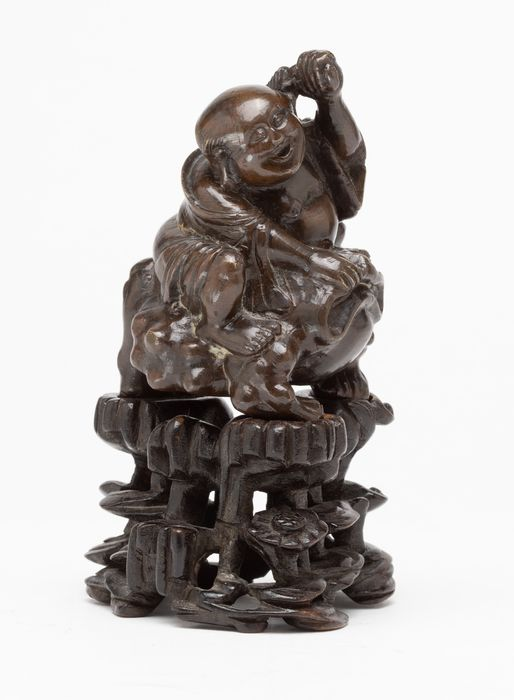 Statuetta - Bronzo, Legno - A Fine Bronze Figure Of Liu Hai Seated On A Three Legged Toad Together With A Carved Fitted Wood Sta - Cina - XVII / XVIII secolo