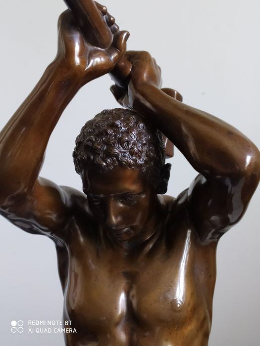 L.C. Busch Berlin - 65,5 cm - Sculpture, Figure of a young man with a hammer smashing a cannon (1) - Historicism - Bronze (patinated) - 1900
