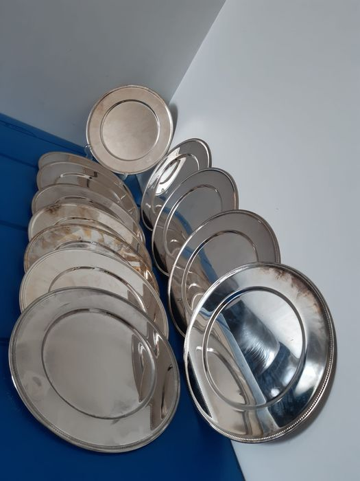 12 Large silver plated plates with pearl edge (12) - Silverplate