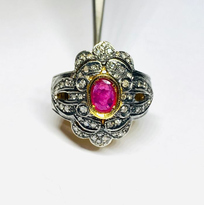 Gold - Ring - 1,00 ct Ruby - Diamonds