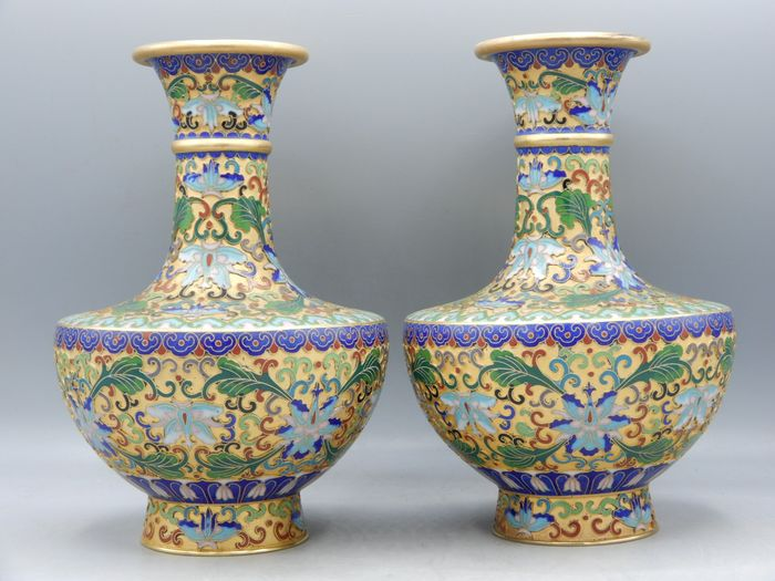 Pair of champlevé decorated baluster vases - Cloisonne enamel - China - Second half 20th century
