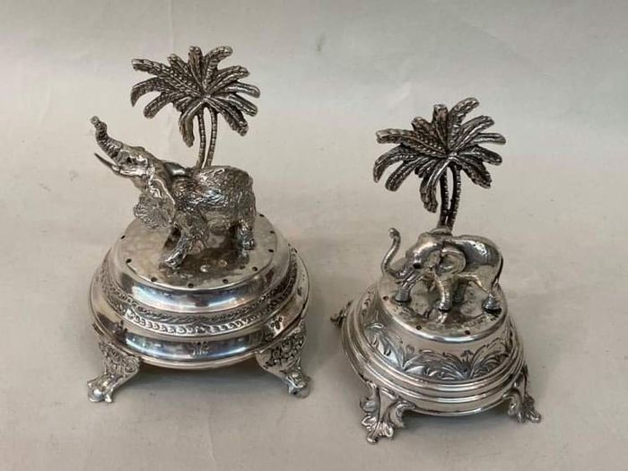 Rare and beautiful set of large silver toothpicks 'Mother and baby elephant' - Silver - Portugal - Late 19th century