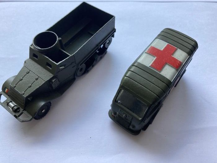 Dinky Toys - 1:43 - 80f ambulance militaire en 822 half-track