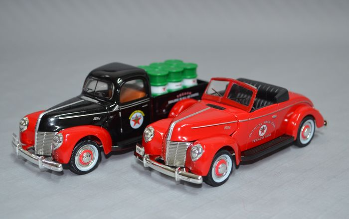 Texaco Collection - 1:32 - 1940 Ford Pace Car + 1940 Ford Oil Barrels Pick-Up