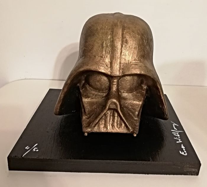 Star Wars - Darth Vader bust - nr 4/50 - bronzed by artist Emma Wildfang - Œuvre d'art, Statuette(s) Sculpture on bronzed wooden plate (weight 2000g)
