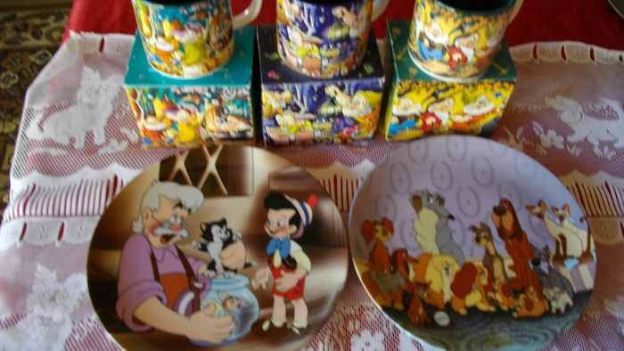 Disney Store - 2 Assiettes + 3 Mugs - Pinocchio + Lady & the Tramp + Snow White