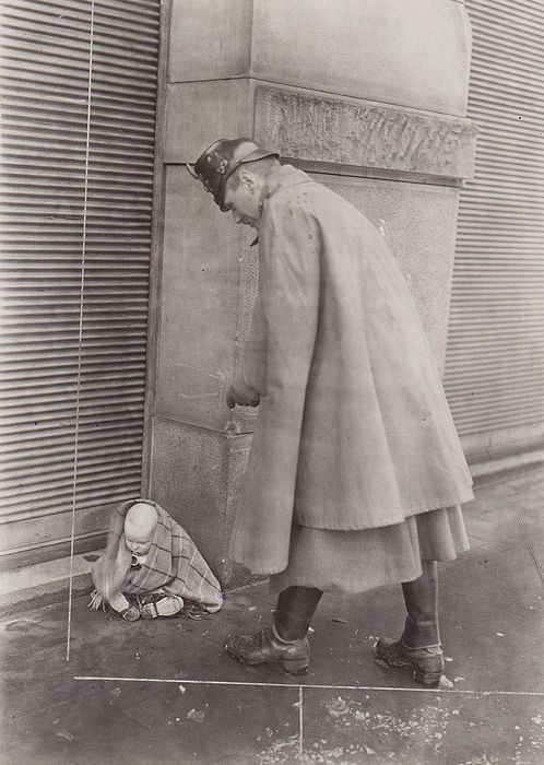 Willi Ruge (1892-1961)/ Fotoaktuell - Policeman and Baby on the street, 1923