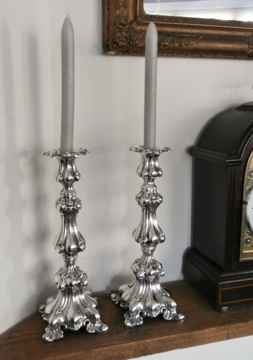 Candlestick, Set of beautiful high imposing candlesticks in Rococo style (2) - .925 silver - England - First half 20th century