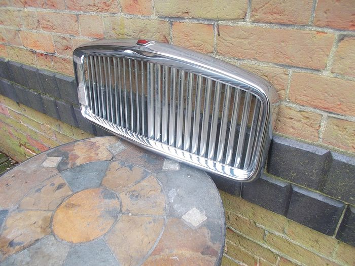 Piezas - Allergro VDP Vanden Plas chrome grille with enamel Red crown rare 1979 - Austin
