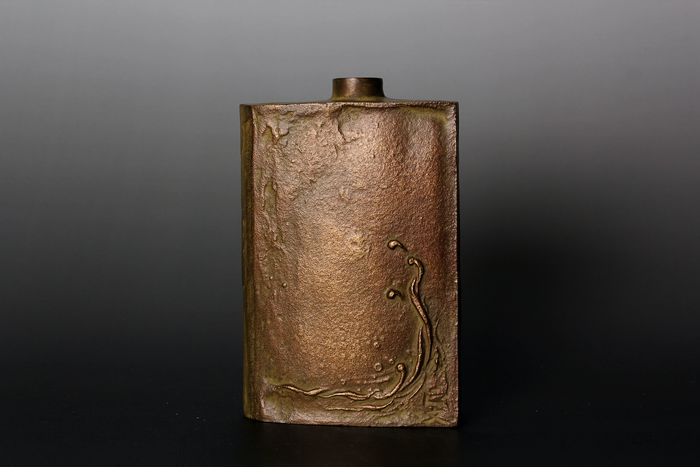 Vase - Bronze - Masafumi 正文 - With relief decoration of crashing waves - Japon - Période Shōwa (1926–1989)