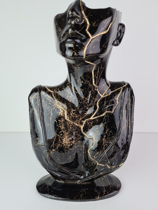 Santicri - Tired face (gold marble)