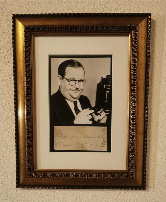 Oliver Hardy (1892-1957) - Foto, Handtekening, Original 1936 Vintage Press Photo & card, signed in person, Framed - Signature has been authenticated