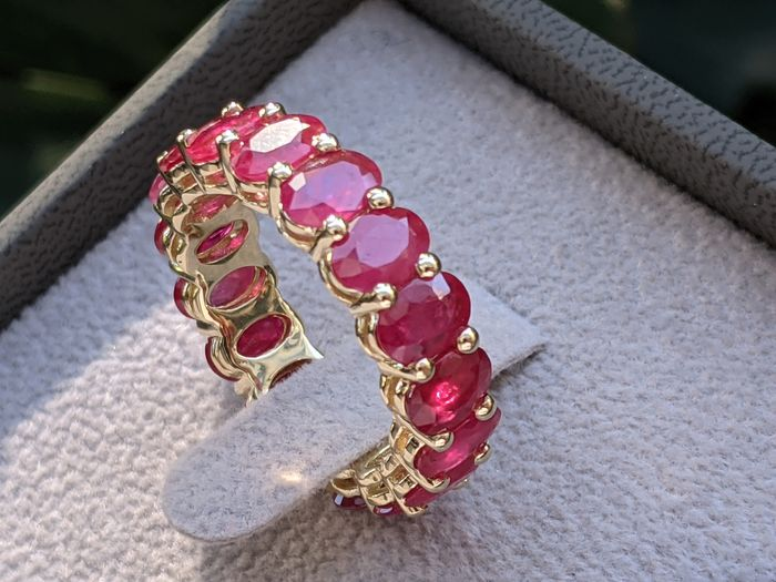 Important 7.68ct Natural Red Ruby Eternity Band - 14 kt Gelbgold - Ring - 7.68 ct Rubin - Diamanten, KEINE RESERVE