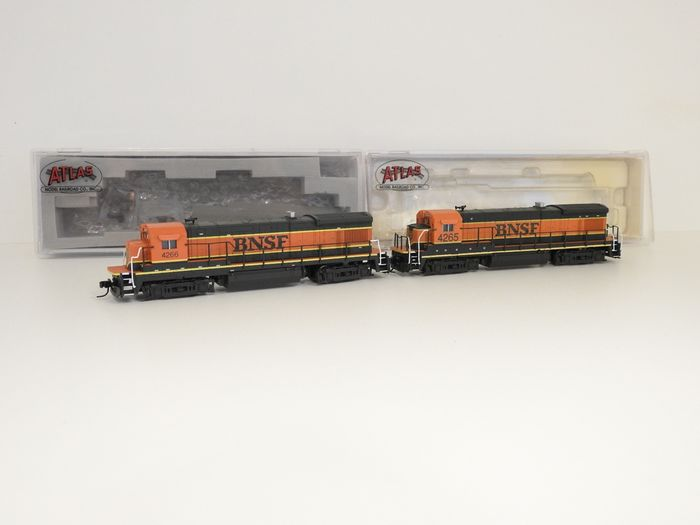 Atlas H0 - 49710 / 49734 - Diesel locomotive - 2x B23-7 - Company numbers 4265 and 4266 - BNSF