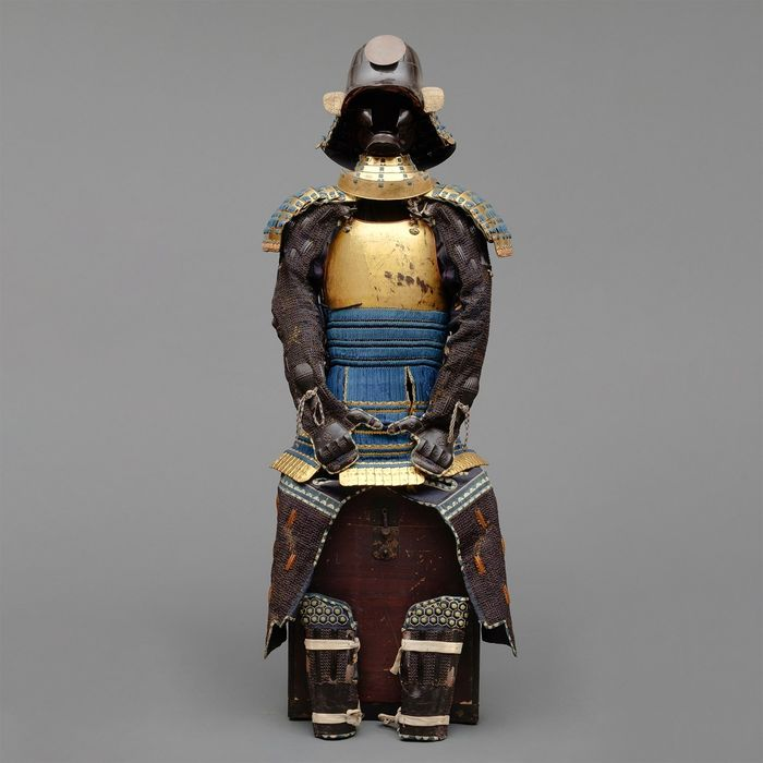 Yoroi - Metallo dorato - Gilded suit-of-armor with a black zunarikabuto-helmet, with a large sun maedate & black mask - Giappone - Periodo Edo (1600-1868)