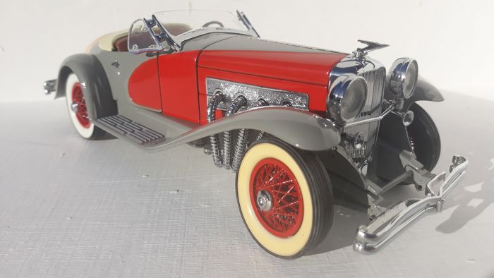 Danbury Mint - 1:24 - The Danbury mint 1935 Duesenberg SSJ - In heldergrijs en rood.