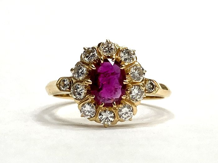 NO RESERVE - 18 kt. Yellow gold - Ring - 0.60 ct Ruby - Diamonds