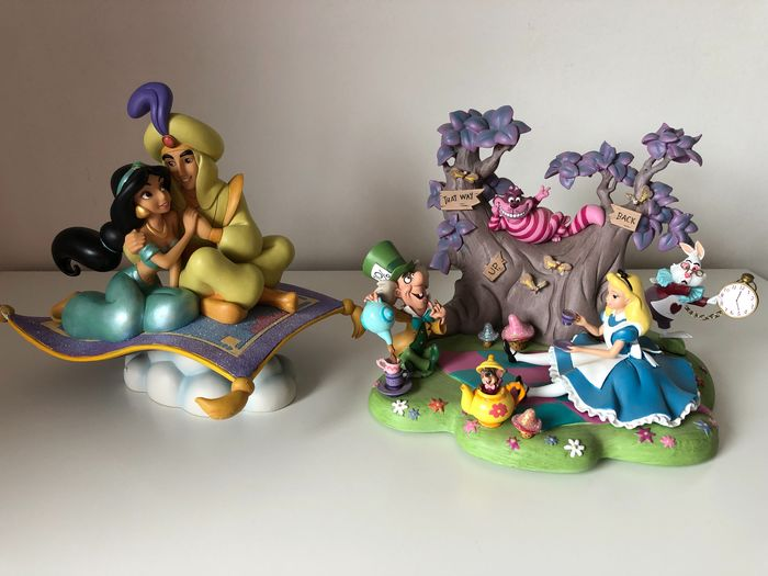 "Disney - Beeldje - Aladdin - ""A whole new world"" en Diorama Alice in Wonderland"