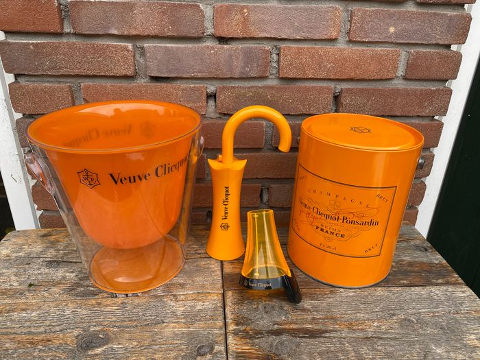 """Veuve Clicquot Champagne Ice-buckets (2), luminous neck collar and Bottle stopper """"umbrella"""" - Champán - 4 items"""