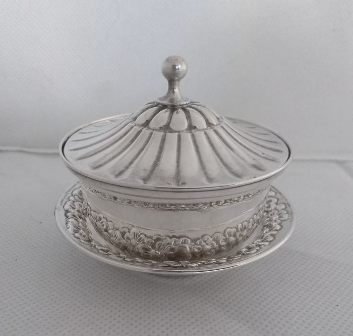 Covered box on tray - .800 silver - Italy - Second half 20th century