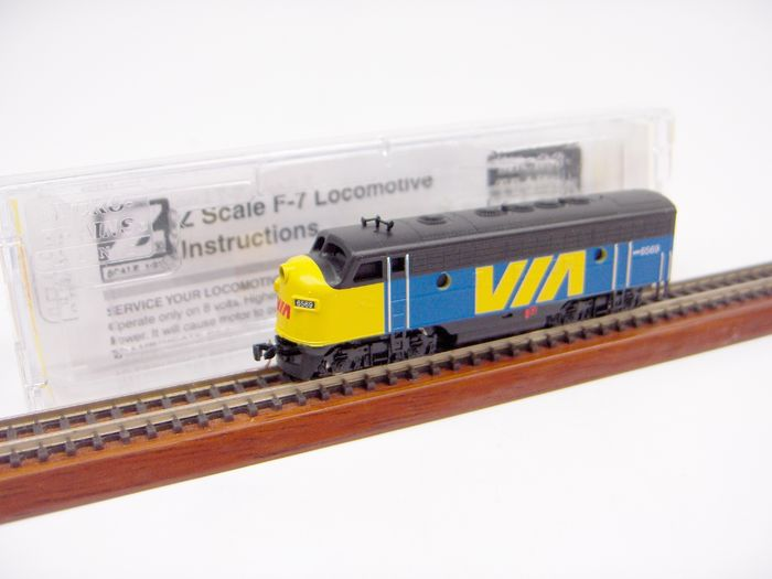 Micro Trains Z - 98001450 - Diesellocomotief - F7 - Via Rail