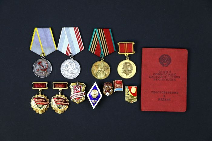 Russia - Collection of Russian  badge Emblem Pin USSR+ Document - Badge, Medal - 1946