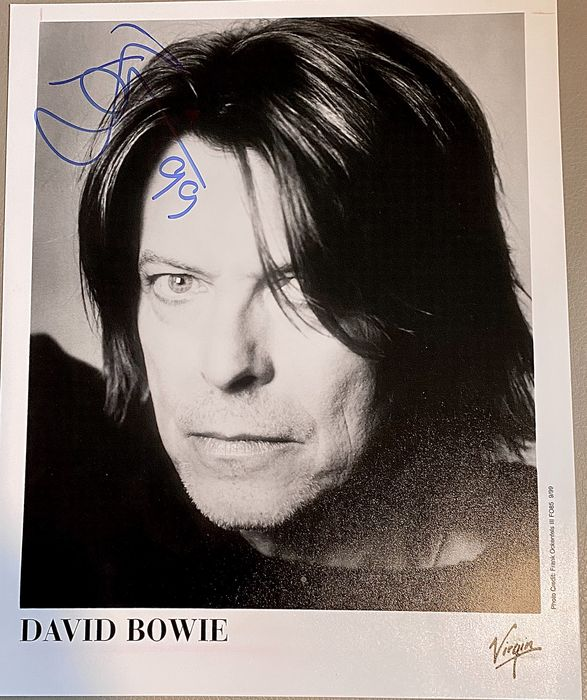 David Bowie - David Bowie twice signed Hours Press Kit - Photograph -set in person - 1999/1999
