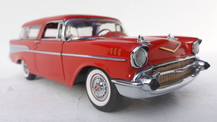 Danbury Mint - 1:24 - The 1957 Chevrolet bel-air Nomad in Red with crome Tailfins