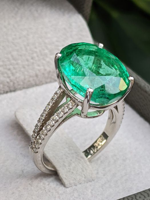 Luxury 9.59 ct Natural Emerald And Diamonds Ring - 14kt. Yellow Gold Ring - 14 kt Weißgold - Ring - 9.59 ct Smaragd - Diamanten, keine Reserve