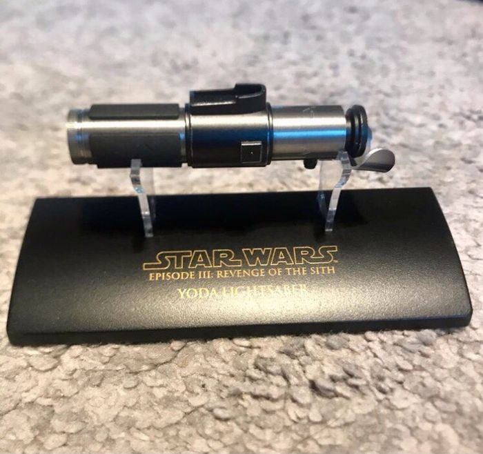 Star Wars Episode III: Revenge of the Sith - Yoda Lightsaber (2005) - Master Replicas - 1:10 - Replica rekwisiet, Verzamelaarsuitgave, - Official Scaled - with COA