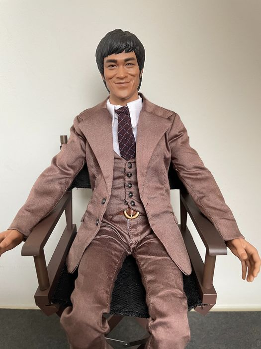 """Bruce Lee - """"Bruce Lee - 1970's Suit Version, with chair"""" (30 cm) - New in Box - Hot Toys - Beeld(en)/Beeldje(s), Great likeness, see images"""