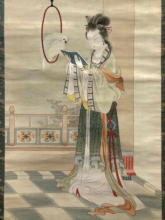 Peinture de rouleau suspendu - Tête d'essieu en soie et plastique - Unryō 雲嶺 - 'Tōbijin' 唐美人(Tang Beauty) - With signature and seal Unryō 雲嶺 - Japon - ca 1910-30 (Late Meiji / Early Showa)