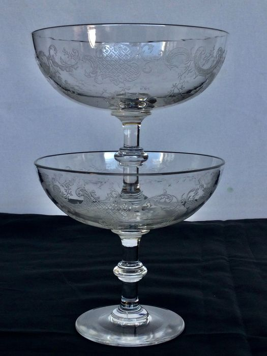 Twee prachtige antieke helder kristallen Compotiers of Drageoirs - with elegant etched rocaille motif __ attribution to Baccarat, late 19th century - Very elegant