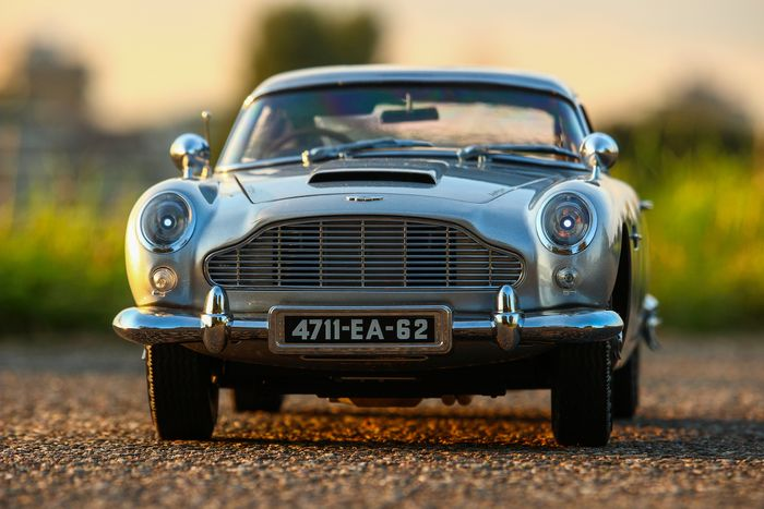 James Bond 007: Goldfinger - Aston Martin DB5 - Eaglemoss - 1:8 - 65 cm model car - 10 kg - with all the features, see description and images Including official DB5 dust cover