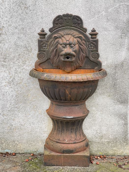 Standing wall fountain lion head - Iron (cast/wrought) - Late 20th century