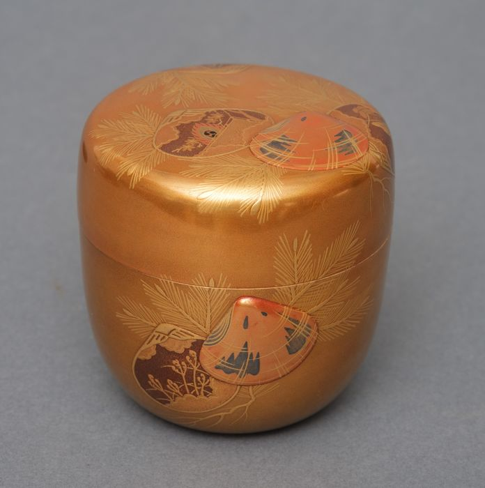 Natsume - Madera lacada - Small gold lacquered tea caddy (natsume) with a gold design of palm leaves and seashells - Japón - Periodo Shōwa (1926-1989)