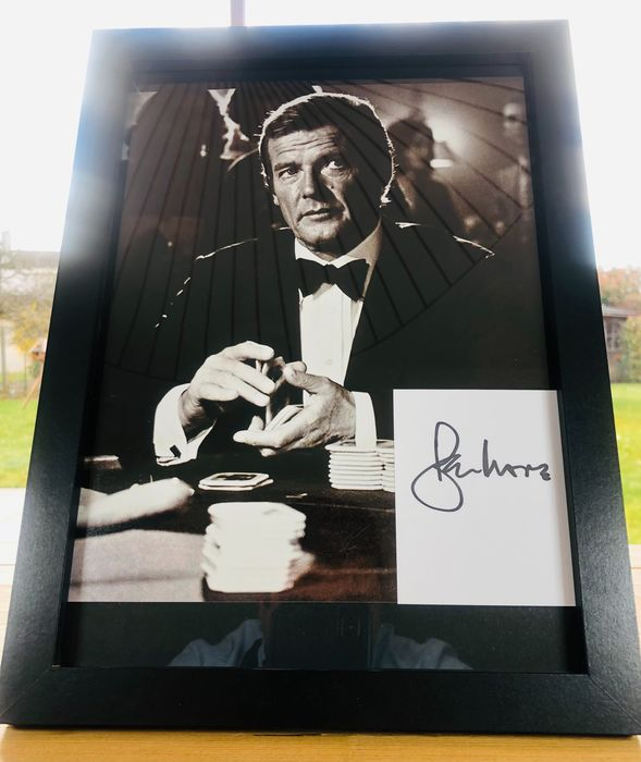 James Bond 007 - Sir Roger Moore (+) in Classic Black 007 Tuxedo at the Casino Table - Foto, Handtekening, Signed Card with Certified Genuine b´bc holographic COA - Framed
