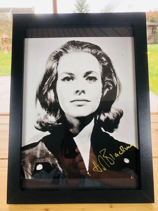 James Bond 007: Goldfinger - Honor Blackman (+) as Pussy Galore - Foto, Handtekening, Signed with Certified Genuine b´bc holographic COA - Framed