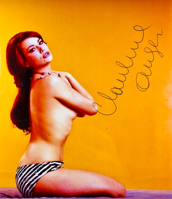 "James Bond 007: Thunderball - Claudine Auger (+) as Dominique ""Domino"" Derval - Kuvat, Nimikirjoitus, Signed with Certified Genuine b´bc holographic COA"