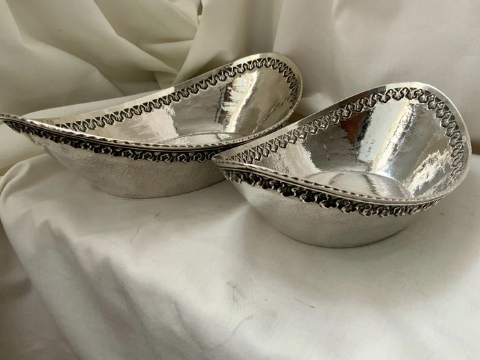 Antique silver pair  bout hammered baskets Indonesia (2) - .950 silver - Indonesia - Before 1920
